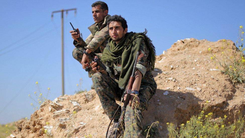 مقاتلون تابعون لقوات سوريا الديمقراطية في الباغوز