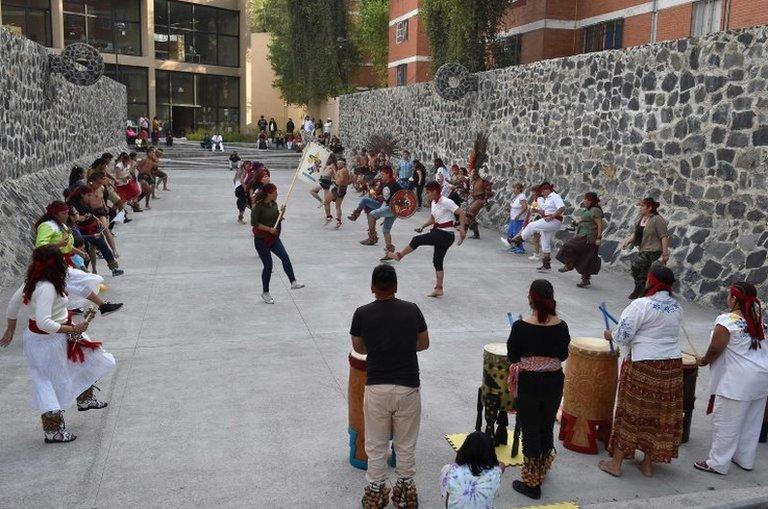Plesači i igrači nastupaju pre igre Ulama u Meksiko sitiju