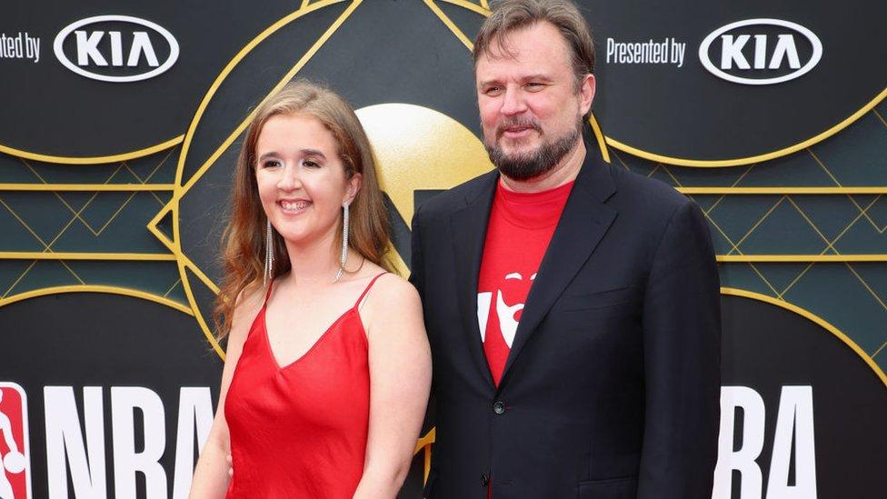 El gerente general de Houston Rockets, Daryl Morey junto a su esposa Ellen Morey.
