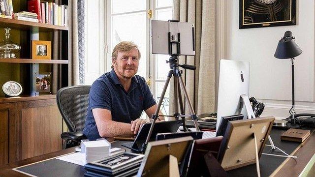 El rey holandés Guillermo trabajando desde su casa en abril
