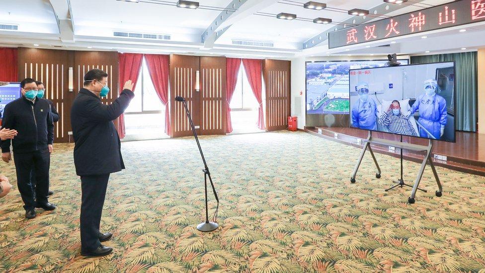 Xi Jinping habla con pacientes.