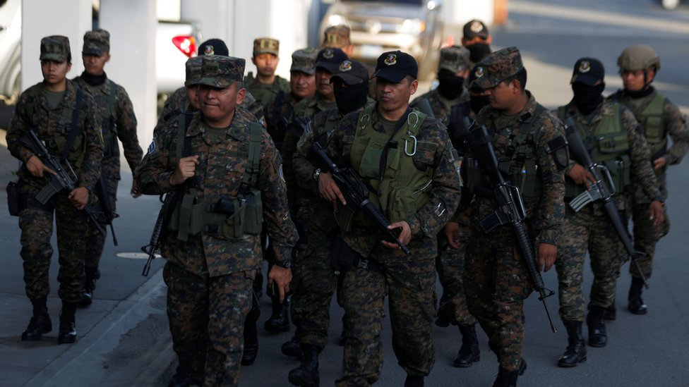 Militares armados