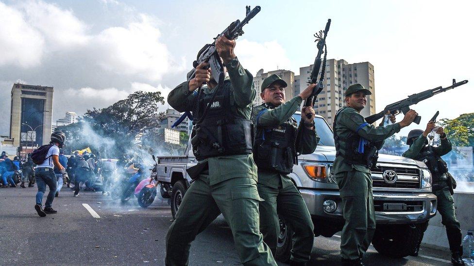 Aparat militer dari Garda Nasional menarik dukungannya dari Presiden Nicolas Maduro dan beralih mendukung Juan Guaido dalam aksi baru-baru ini.