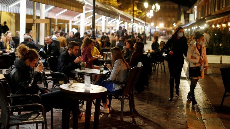 Paris'te geceleri sokağa çıkma yasağı uygulanıyor