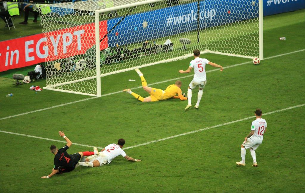 La pelota se va lentamente al contacto con el poste ante la mirada agonizante de los jugadores ingleses.