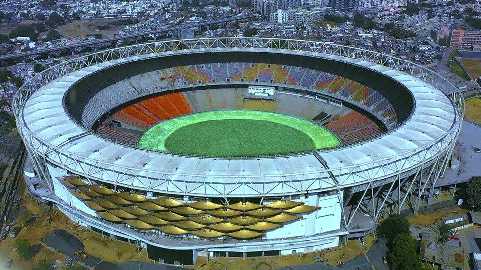मोटेरा स्टेडियम: वो मैदान जिसे ट्रंप की सभा के लिए सजाया गया है