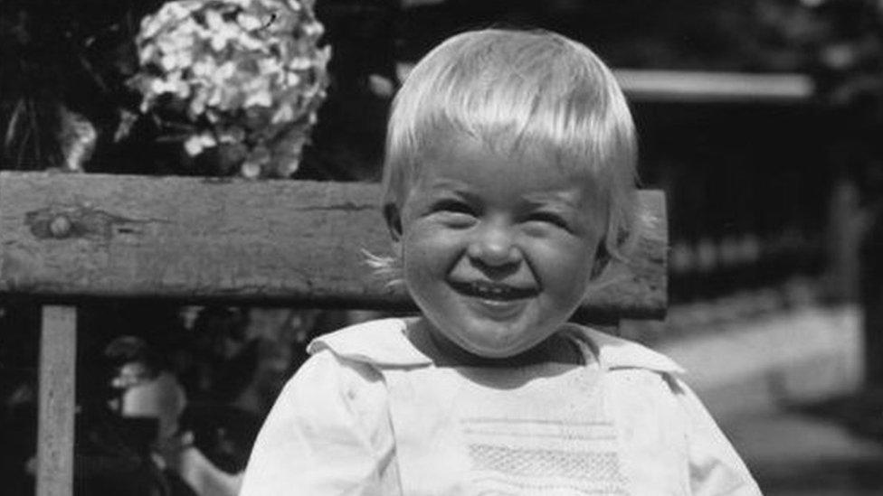 الأمير فيليب وعمره عام واحد