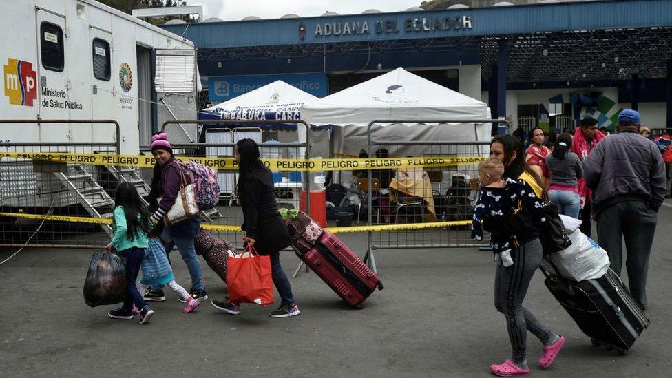 Venezolanos en la frontera en Ecuador con Colombia.