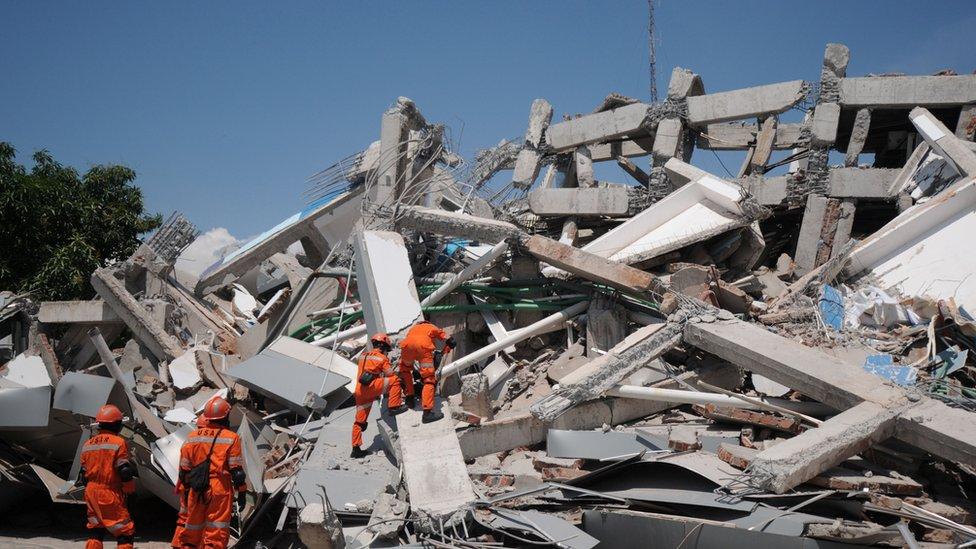 Spasioci traže preživele u ruševinama hotela Roa Roa