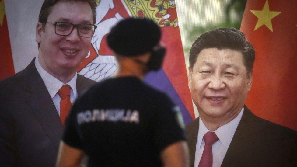 Cartel con los mandatarios de China y Serbia