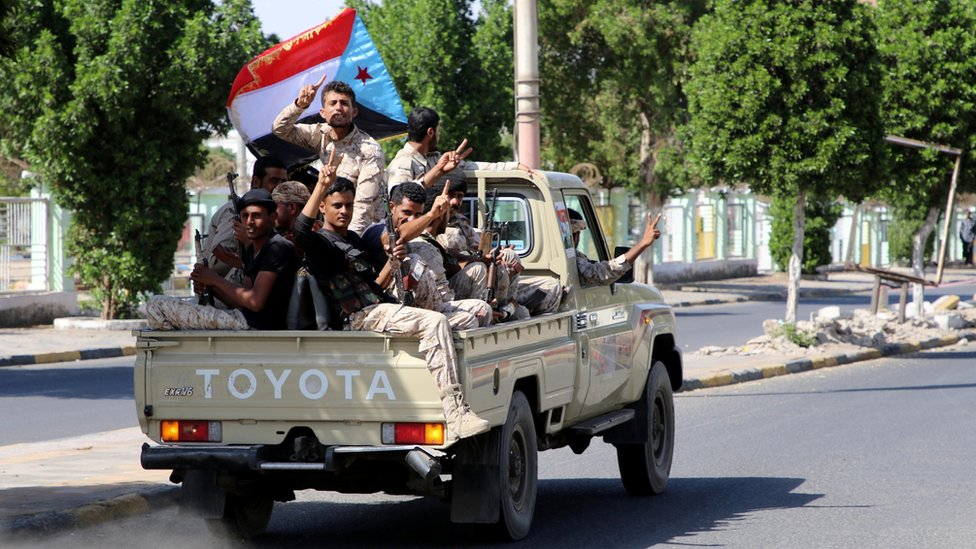 Separatist fighters drive through the southern Yemeni port city of Aden (29 January 2018)