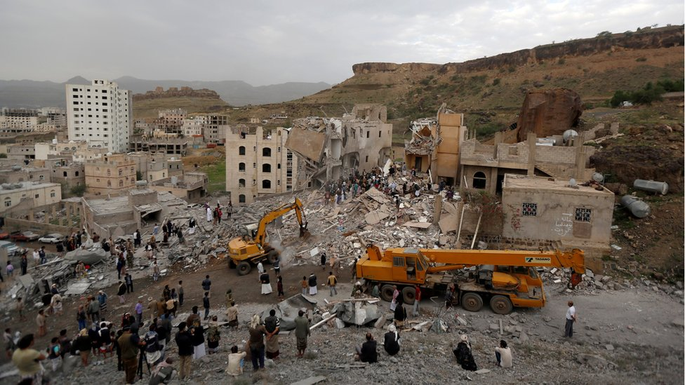 People search under rubble of a house destroyed by a Saudi-led air strike in Sanaa, Yemen (August 25, 2017)