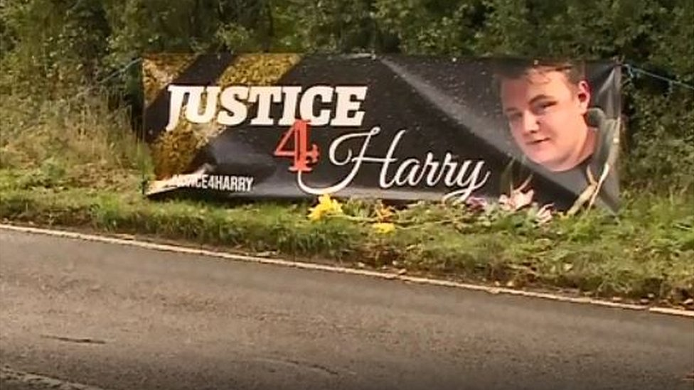 掛在路邊的標語,要求為哈利·鄧恩聲張正義