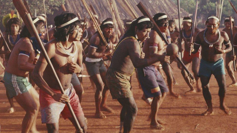 Ratni plej Kajapo na slici iz 1992. godine