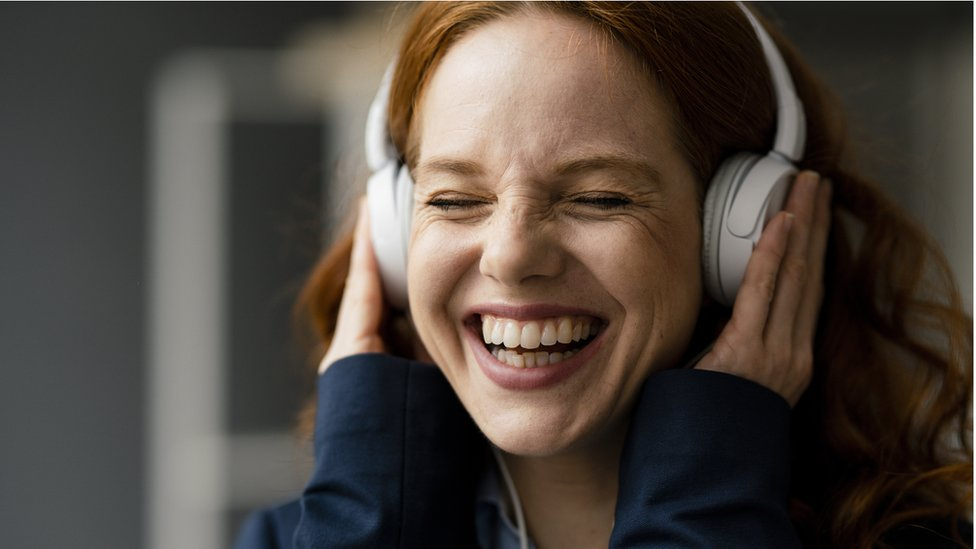 Mujer escuhando musica