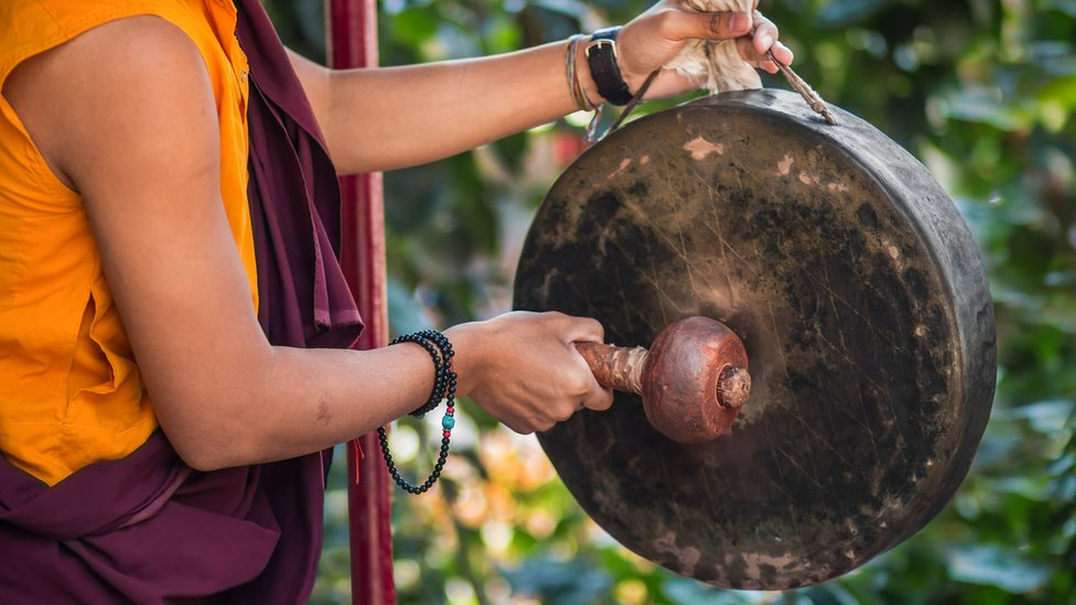 Monje budista con un gong.