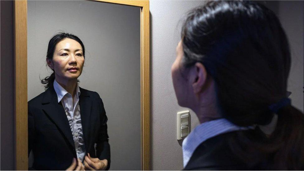Aynada kendine bakan kadın