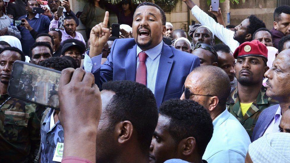 جوار محمد محمولا على الأعناق