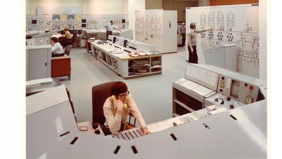 Mae'r ystafell reoli yn edrych yn gymhleth iawn // Its not a scene from a futuristic movie, this is the wylfa control room in its early days