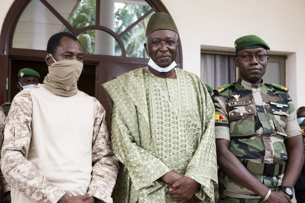 Bah Ndaw: Mali to swear in civilian interim leader after coup thumbnail
