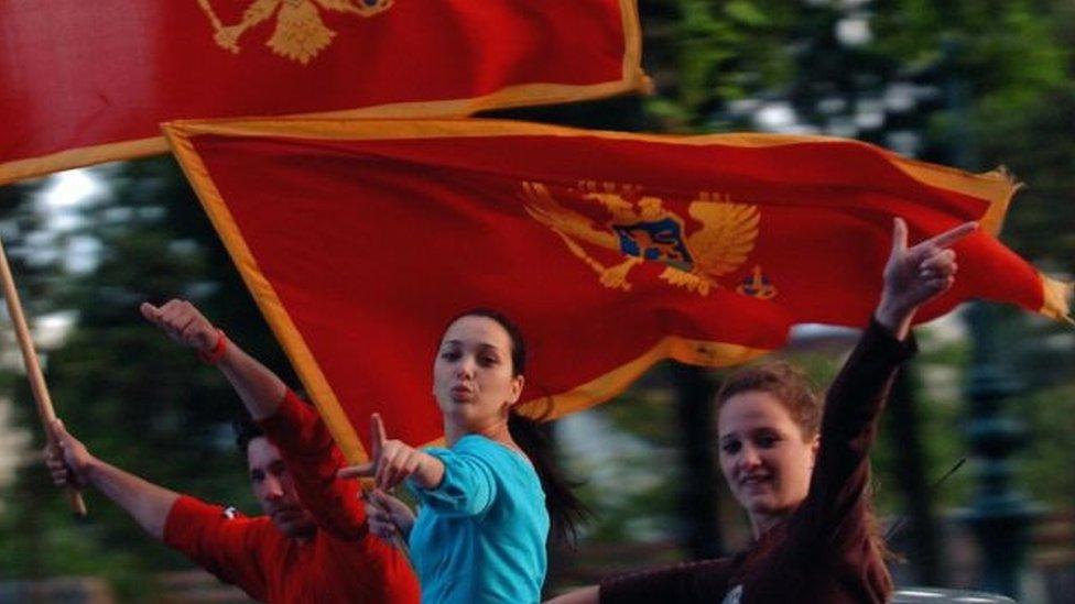 Devojka nosi zastavu Crne Gore