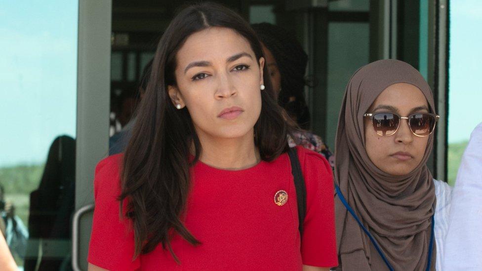 Alexandria Ocasio-Cortez saliendo de un centro en El Paso.