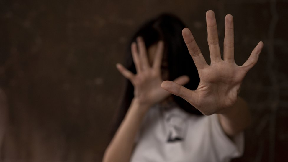فتاة تتعرض لعنف