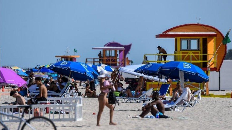 Pessoas na praia em Miami
