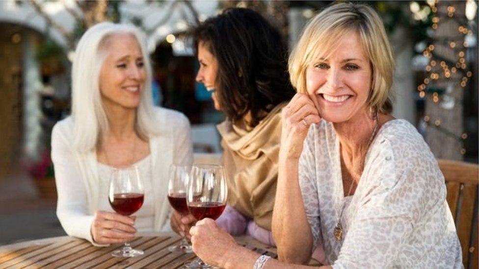 Троє жінок п'ють вино