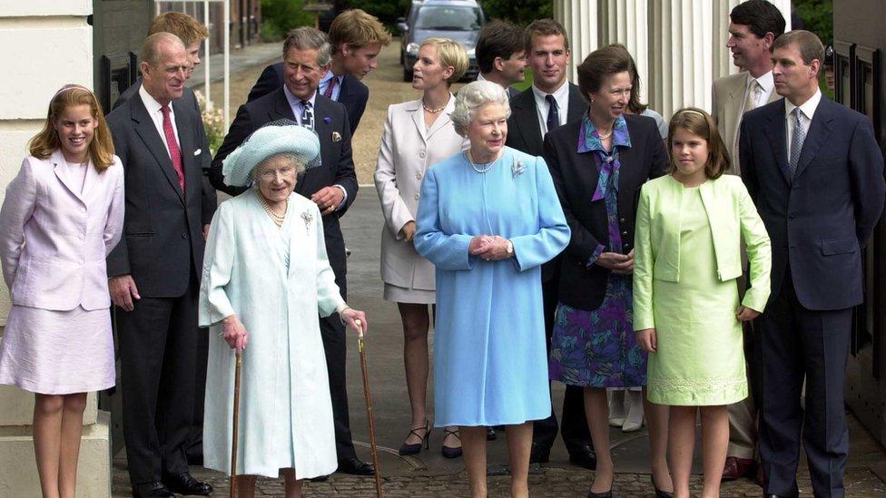 Celebración del 101 cumpleaños de la reina madre de Inglaterra en 2001