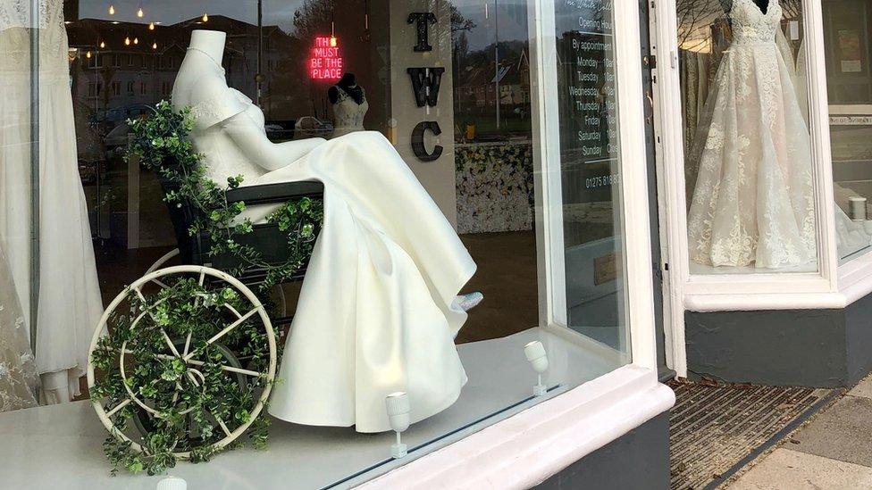 فستان زفاف في نافذة عرض