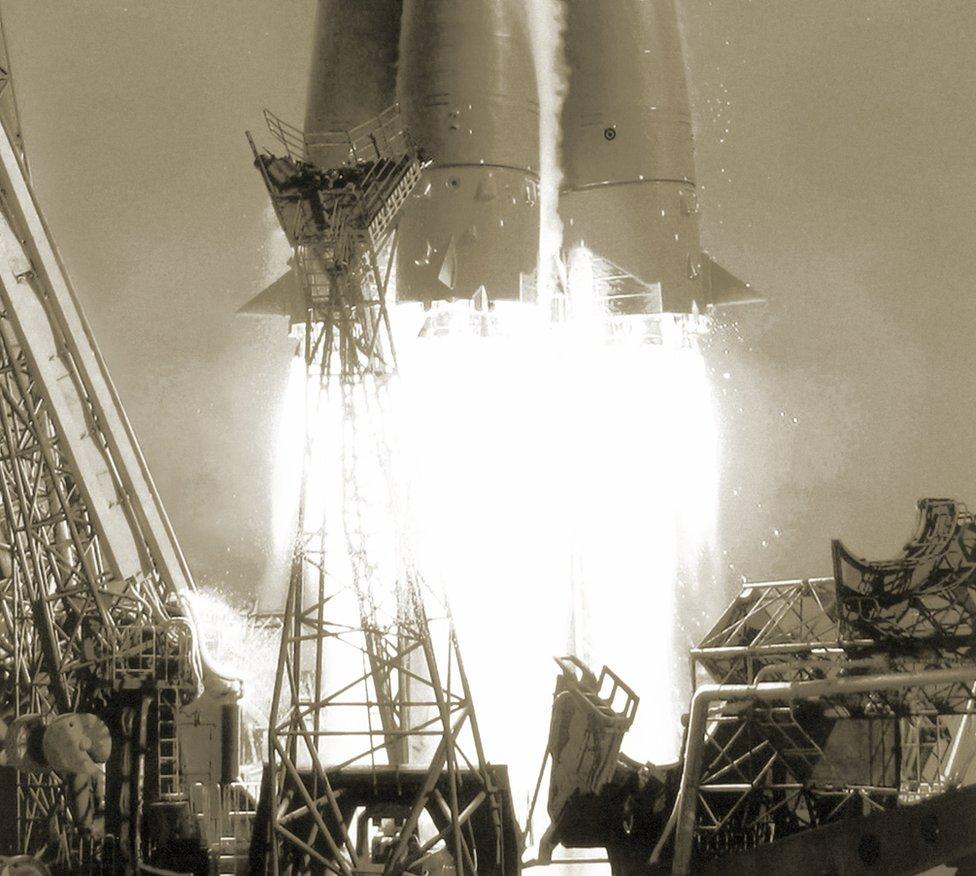 Primer plano de las llamas de escape del cohete que puso en órbita a Yuri Gagarin