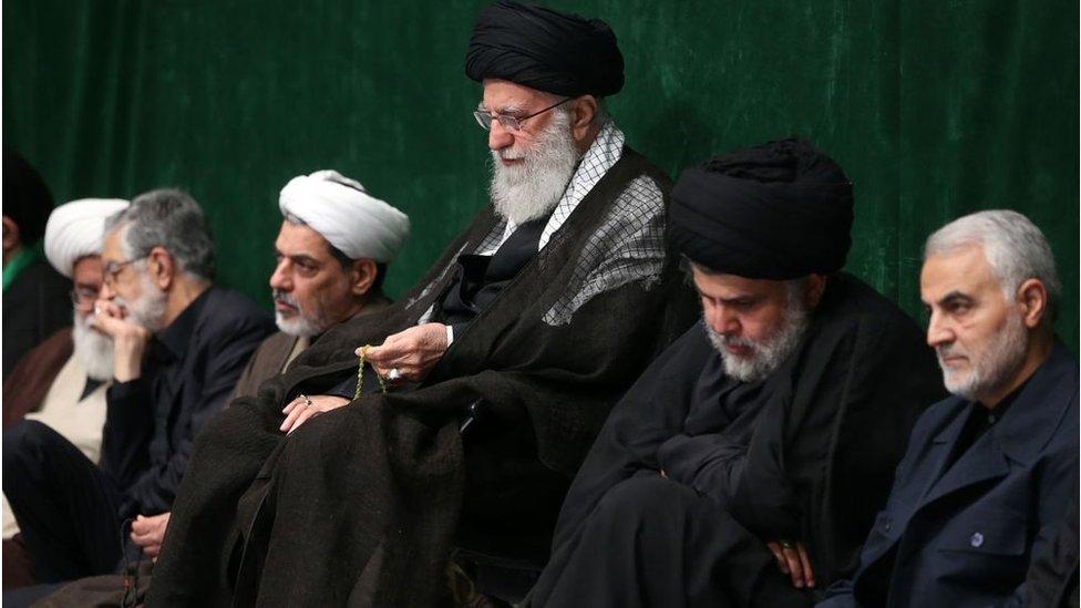 مقتدي الصدر جالساً إلى جوار المرشد الأعلى للثورة الإيرانية علي خامنئي وقائد فيلق القدس قاسم سليماني