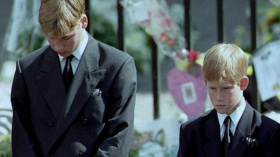 Los príncipes William y Harry, en el funeral de su madre.