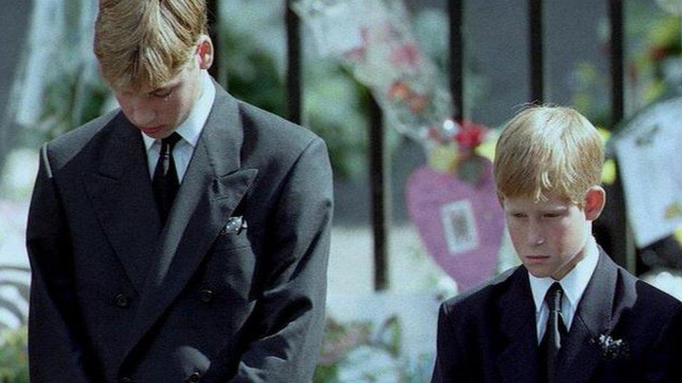 Los príncipes William y Harry, en el funeral de su madre.