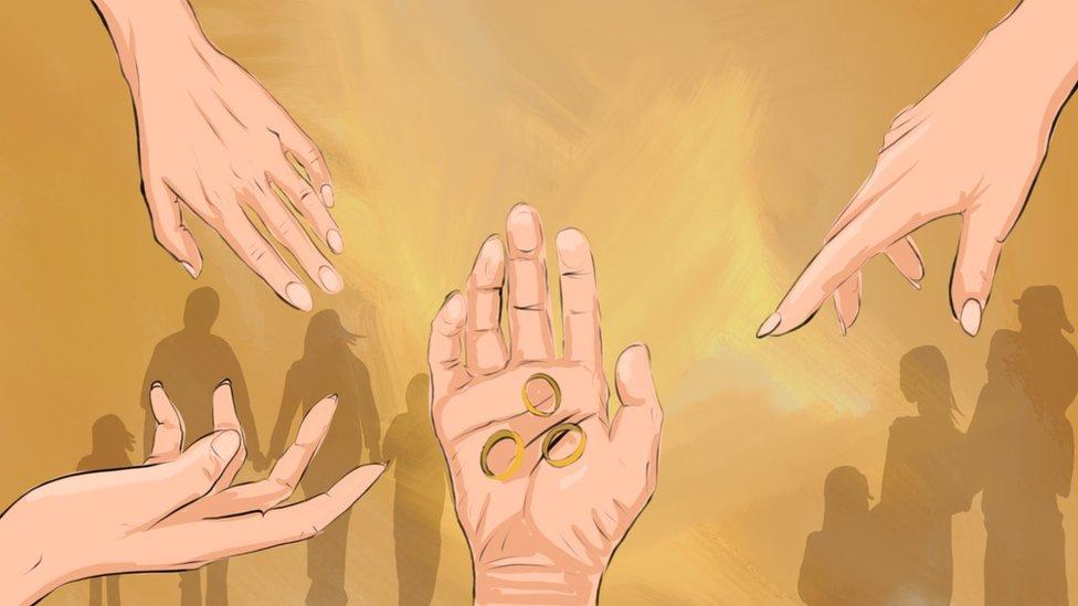 Risunok: tri kolьca na mužskoй ruke, k kotorыm tяnutsя ženskie ruki