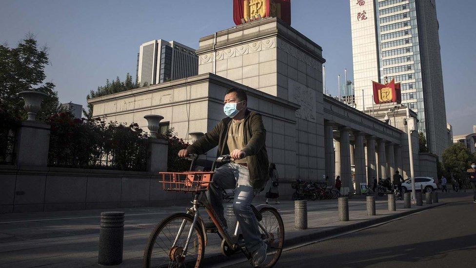 Hombre en bicicleta en Wuhan