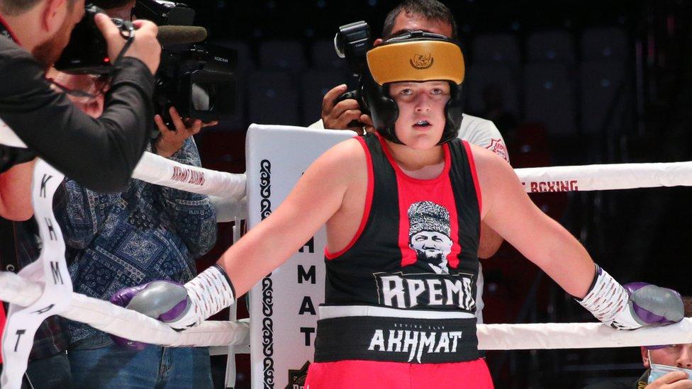 Сын Кадырова получил серию ударов в бою на ринге и тут же был объявлен победителем