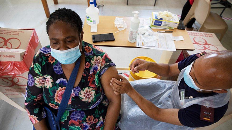 Uma profissional de saúde recebe uma dose da vacina Johnson & Johnson na África do Sul