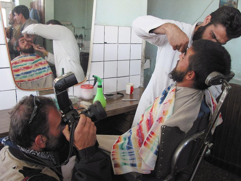 Hombre en una barbería de Kabul, en 2001
