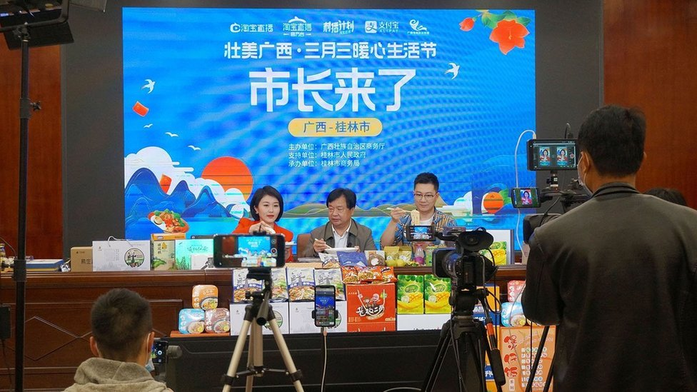 A mayor from Guangxi Zhuang Autonomous Region in southwest China also joins the country's booming live-streaming industry.