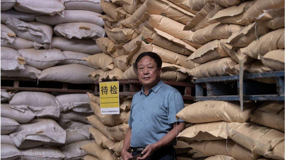Sun Dawu posando en un almacén de piensos en Hebei, en las afueras de Pekín.