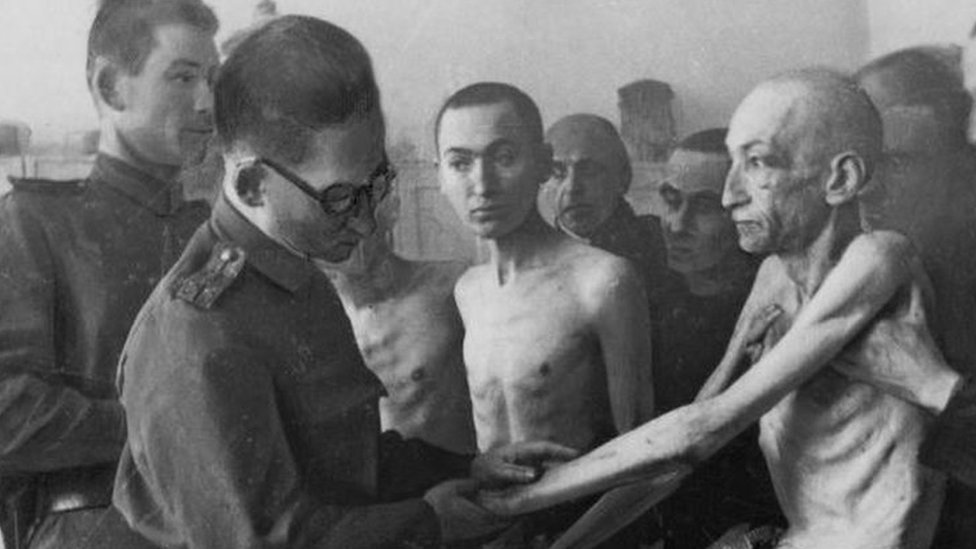 Un médico soviético examinando a un prisionero de Auschwitz