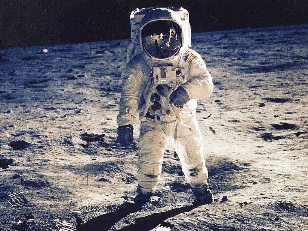 El astronauta Edwin E. Aldrin Jr., piloto del módulo lunar, es fotografiado caminando en la Luna.