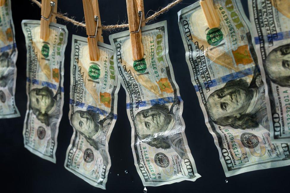 Los examinadores de la oficina reciben entrenamiento para protegerse de posibles fraudes con dinero falso.