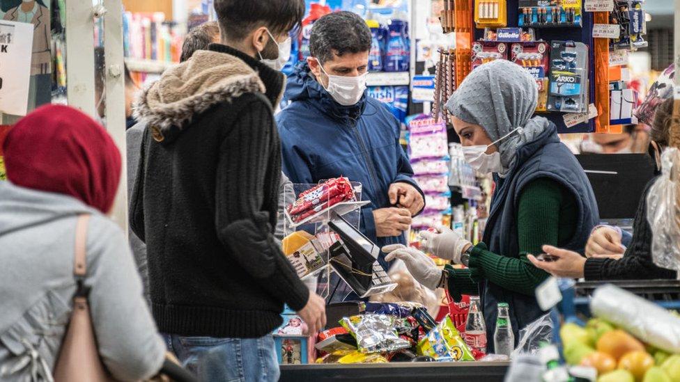 Türkiye'de döviz kurunda yaşanan hareketlilik marketlerdeki fiyatlara hızla yansıyor.