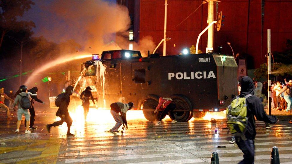 Choques entre manifestantes y policías en Colombia.