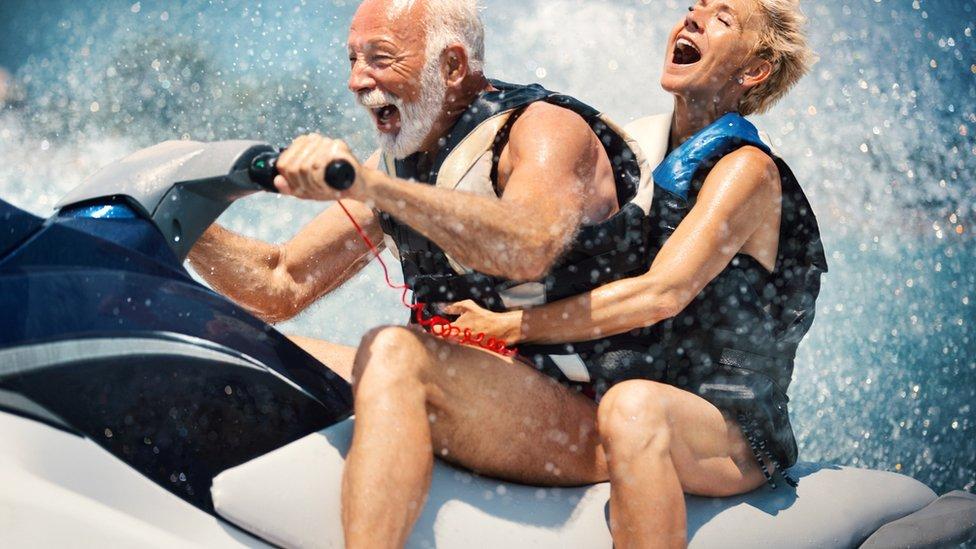 رجل مسن وسيدة يتزلجان على الأمواج