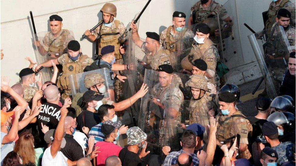 أنصار الرئيس اللبناني ميشال عون يشتبكون مع قوات الأمن خلال تجمع حاشد قرب القصر الجمهوري في بعبدا، شرقي العاصمة بيروت، في 12 أيلول/سبتمبر 2020