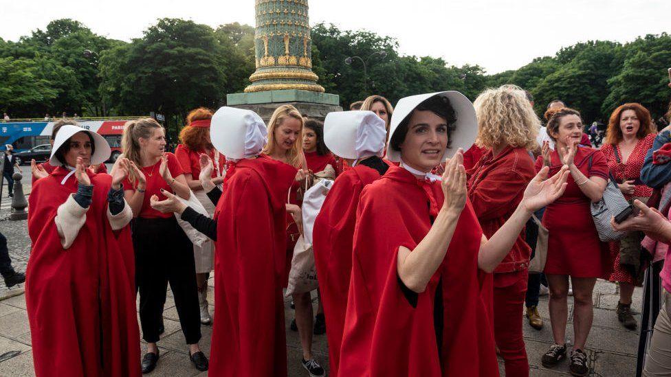 Protesta de mujeres vestidas como los personas de